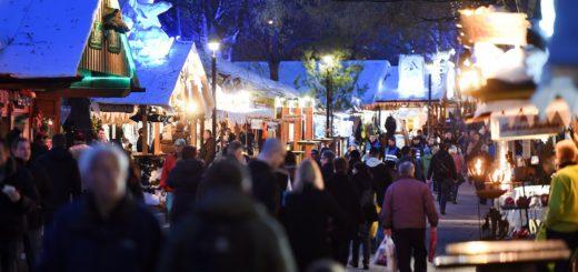 Der Schlachtezauber findet 2016 zum 13. Mal statt. Rund 100 Holzhütten bieten Essen, Getränke und Waren an. Foto: Schlie