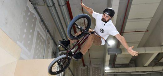 Marc Remmert hat mit seinem BMX die neue Skater-Anlage getestet. Foto: Schlie