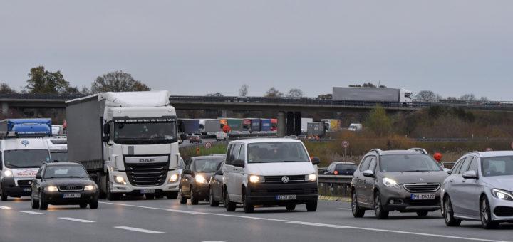 Auto- und Lkwfahrer, die auf der A 28 zwischen Bremen und Oldenburg unterwegs sind, müssen aufgrund von Baustellen noch länger mit Staus rechnen. Foto: Konczak