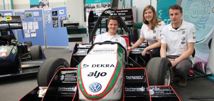 Kai Eckrath, Manuel Pendzich und Vivien Kleeberg mit dem Bremergy-Rennwagen aus der vergangenen Saison. Foto: Niemann