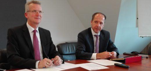 Die Vorstandsmitglieder Martin Versemann und Wolfgang Etrich stellten die Fusionspläne der Volksbank eG Delmenhorst Schierbrok vor.Foto: Lürssen