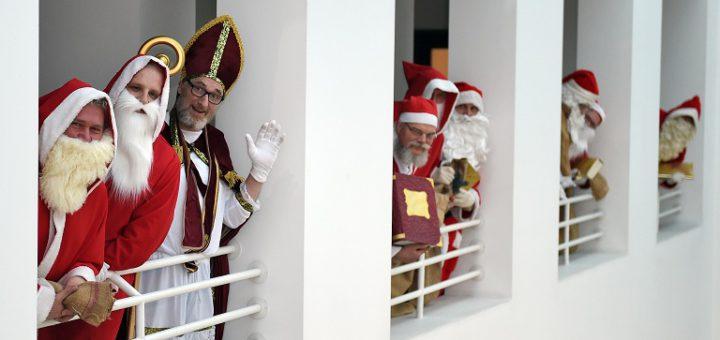 Bremens Weihnachtmänner lassen Grüßen. Foto: Schlie