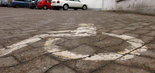 Zu wenig Behinderte beschäftigt: Parkplatz vor einem Bremer Unternehmen. Foto: Schlie