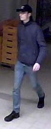 Die Polizei sucht nach diesem Mann, der mit einem Komplizen einen Supermarkt in Lesum überfallen haben soll. Foto: Polizei Bremen