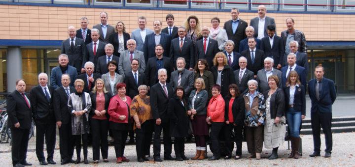 Gestern kam der im September neu gewählte Kreistag zu seiner ersten Sitzung zusammen, vor Tagungsbeginn wurde Aufstellung zum Gruppenfoto genommen. Foto: Möller