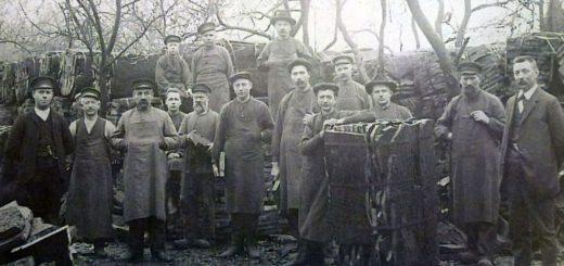 Belegschaft der Korkfabrik Tönnjes auf dem Korkholz-Lagerplatz, um 1910.Foto: Stadtarchiv Delmenhorst