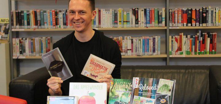 Bibliotheksleiter Martin Renz mit eigenen und Literatur-Tipps seiner Mitarbeiter.Foto: Füller