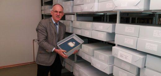 Kirchlintelns Bürgermeister Wolfgang Rodewald mit den Archivunterlagen. Foto: pv