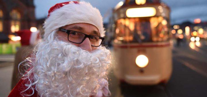 Ein Leser darf als Weihnachtsmann verkleidet den Straßenbahnen den Weg frei machen. Foto: WR