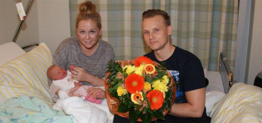 Katharina Wolf und Tobias Glahn bekamen zur Geburt ihrer Tochter Charlotte besondere Glückwünsche von der Leitung des Osterholzer Kreiskrankenhauses. Foto: Möller