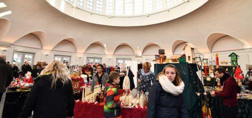 Die Markthalle und die Räume im Rathaus sind beim Lichterfest vorweihnachtlich geschmückt.Foto: Konczak