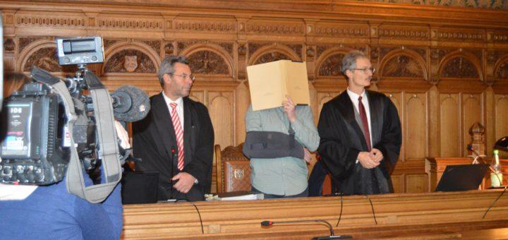 Der Angeklagte (M.) vor Verhandlungsbeginn mit seinen Verteidigern. Foto: Sieler