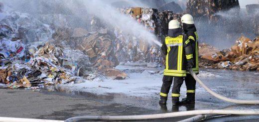 Die Schutzkleidung der Bremer Feuerwehr lässt laut der Gewerkschaft zu Wünschen übrig. Die blauen Hosen seien nicht ideal. Symbolfoto/WR
