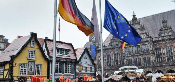 Die Flaggen vor dem Bremer Weihnachtsmarkt sind nach dem mutmaßlichen Anschlag in Berlin auf Halbmast gehisst. Foto: Schlie