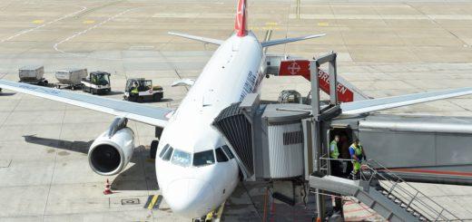 Ein Urlaubsflieger in Bremen. Oft verkaufen Reisebüros Flüge kombiniert mit anderen Teilleistungen. Foto: Schlie