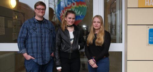 Die Schülerinnen Valeska Timke und Celine Saathoff bedauern, zusammen mit ihrem Lehrer Daniel Klotzek (v.r.), dass ihr Mitschüler Elsaid wieder zurück nach Albanien geschickt wird. Foto: Möller