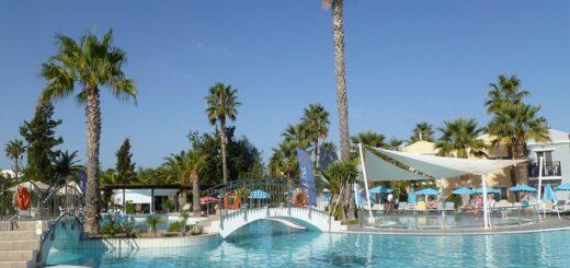 Erfrischung satt: Das TUI Family Life Marmari Beach bietet insgesamt drei Pools. Foto: Kaloglou