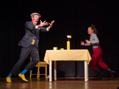 """Markus Weise und Linda Kraft bei ihrer Bühnen-Szene """"Blau trifft Geld"""". Foto: Susanne Stille"""