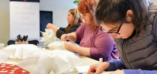 Schneiden, kleben und gestalten: Die Teilnehmerinnen der Qualifizierung werden zwei Jahre in sechs Modulen weitergebildet. Foto: Schlie