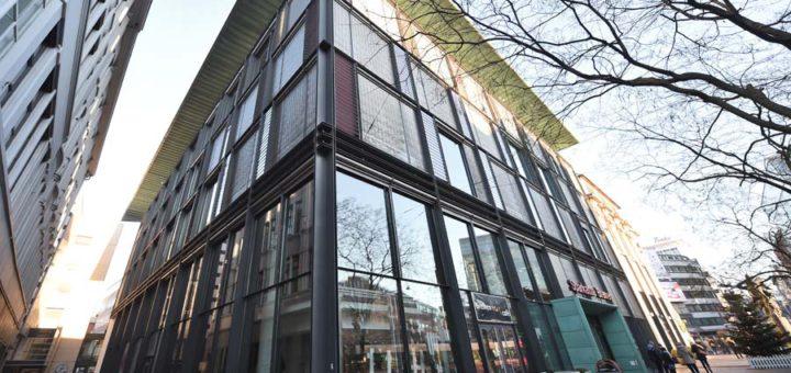 Die Sparkasse Bremen will diesen Teil ihres Gebäudes verkaufen und daraus ein Einkaufszentrum machen - die Gebäude sind sanierungsbedürftig und zu groß. Foto: Schlie
