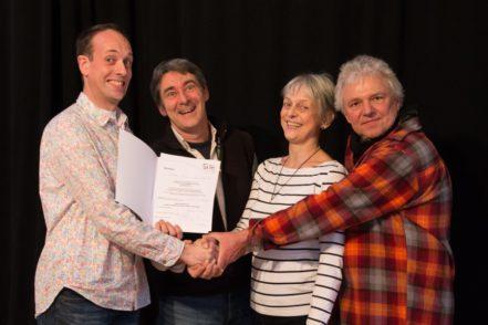Sein Zertifikat erhielt Markus Weise von seinen Clownslehrern Ralf Höhne, Corinna von Kietzell und Dieter Bartels