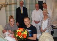 Krankenhauschef Klaus Vagt mit seinen Chefärzten der Gymnäkologischen-Geburtshilflichen Abteilung, Dr. Heinz van der Linde und Dr. Michael Wulff (hintere Reihe von links), zusammen mit Hebamme Nina Adam (rechts), gratulierten gestern Katharina Wolf und Tobias Glahn zur Geburt ihrer Tochter Charlotte, die am Montag als 500. Baby des Jahres 2016, Kreiskrankenhaus zur Welt kam. Foto: Möller