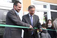 Joachim Schuch (v. l.), Leiter des SOS-Kinderdorfs Worpswede, und Bürgermeister Dr. Carsten Sieling eröffneten den pädagogischen Mittagstisch.Foto: pv