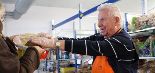 Werner Dose lebt in Walle. Er kommt auch nach Burg zweimal wöchentlich zum Helfen und Verteilen der Lebensmittel. Foto: Füller