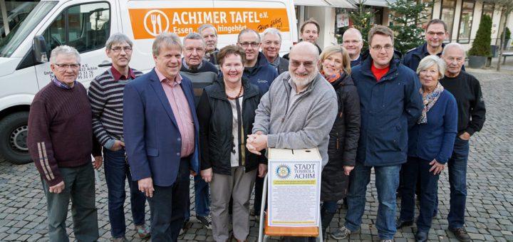 Stadttombola-Vereinsvorsitzender Jürgen Hille (Mitte) mit Vertretern der begünstigten Institutionen sowie einigen Mitstreitern vom Rotary Club Achim Foto: Bruns