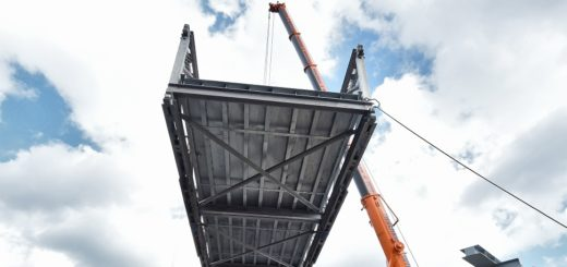 Die Ersatz-Fußgängerbrücke über die B75 wurde im April 2016 montiert. Am Wochenende muss die Bundesstraße erneut gesperrt werden: Die Stahlträger für die neue Brücke an der Heinrich-Plett-Allee in Huchting werden eingehängt. Sperrung Straßensperrung Brückenbau Stau Foto: Schlie