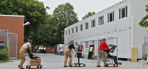 Im August 2013 wurden die Container für die Oberschule Hermannsburg in Huchting aufgestellt. Eigentlich sollten sie Ende 2017 überflüssig werden, dann hätte der Neubau fertig sein sollen – doch bis es so weit ist, wird noch mehr Zeit vergehen. Archivfoto: Barth