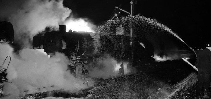 Die brennenden Loks im weißglühenden Feuerschein und Wasserdampf. Fotos: Stadtarchiv Delmenhorst, Fotonachlass Kunde