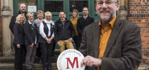 Erfreut über die Auszeichnung: Museumsleiter Dr. Carsten Jöhnk (vorne im Bild) und dessen Team. Foto: Meyer