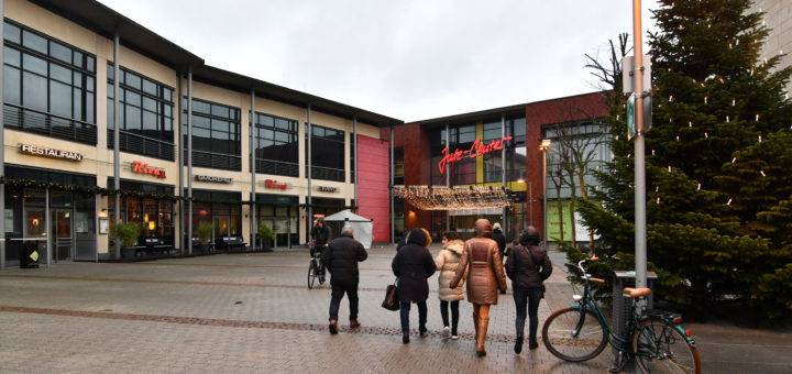 Jute-Center in Delmenhorst mit Vorplatz.