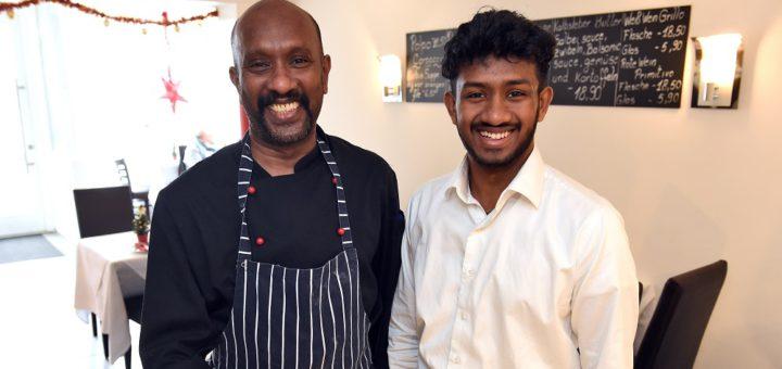 """Inhaber Saravanamuthu Eluncheliyan (l.) bekocht im """"Di Pasquale"""" die Gäste, sein Sohn Biravinth sorgt für guten Service. Foto: Schlie"""