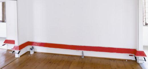"""""""Deep, down, and dirty"""" - Eine rote Fußleiste war das Hauptwerk bei einer der Ausstellungen des Malers Sebastian Dannenberg. Der Stipendiat des Wohnstipendium s in der Mühle, der Künstlerstätte Heiligenrode (Stuhr), bezeichnet sich selbst als ironischen Künstler. Kunst provisorisch Foto: Dannenberg"""