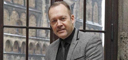 Christian Schlesselmann im Januar 2016, als er im Rathaus seine Ernennungsurkunde zum Ortsamtsleiter von Huchting erhalten hat. Foto: Schlie