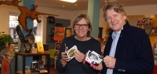 Ute Gartmann und Matthias Höllings schwelgen in Geschichten aus den 60er Jahren. Höllings hat sie aufgeschrieben und Gartmann präsentiert sie in der Buchhandlung Schatulle. Foto: Möller