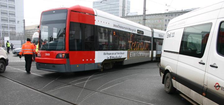 Eine Straßenbahn der Linie 6 ist direkt vor dem Hauptbahnhof entgleist. Foto: Neloska