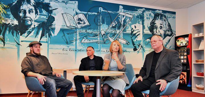 Das Wandgemälde des Künstlers Patrick Przweloka ist der Hingucker im neuen Lesecafé in der Stadtbücherei. Foto: Konczak