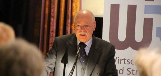 Innensenator Ulrich Mäurer stellte sprach in Vegesack über die geplante Polizeireform. Foto: Füller