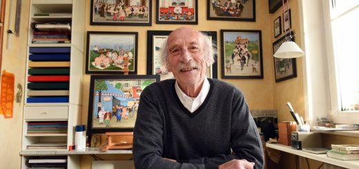 """Henry Dieckmann in seinem """"Atelier"""" es ist ein Teil des Wohnzimmers in der Findorffer Wohnung des Künstlers. Foto: WR"""