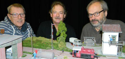 Werner Windhorst, Kurt Karpinski und Burckhard Rehage (v.l.) bereiten emsig den zweiten Modellbahntag in der Stadthalle Osterholz-Scharmbeck vor. Foto: Bosse