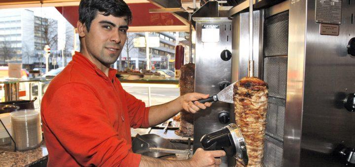 """Hüseyin Polat versorgt im """"Mozaik Bistro"""" in der Citydie Gäste mit Hähnchendöner frisch vom Spieß. Foto: Barth"""