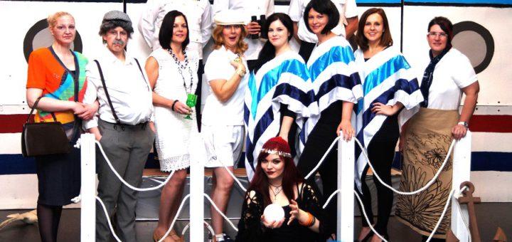 """Schiff Ahoi – die Erwachsenen-Musical-Gruppe der Musikschule Strings bringt mit """"Hexe Helena – Auf großer Fahrt"""" das dritte Werk auf die Bühne. Foto: Bianca Becker"""
