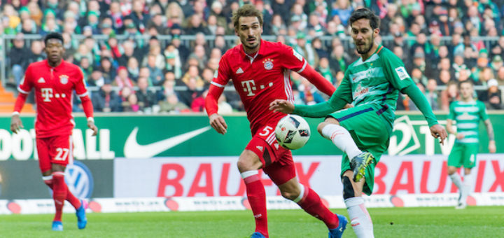 Luftloch statt Torschuss: Santiago Garcia (r.) trifft den Ball nicht, Mats Hummels (M.) muss nicht eingreifen. Foto: Nordphoto