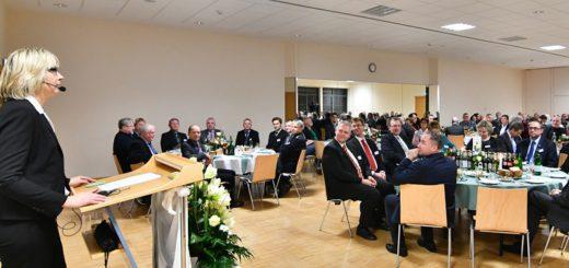 Lemwerders Bürgermeisterin Regina Neuke (links) gab in ihrer Rede beim Neujahrsempfang unter anderem einen Ausblick auf ihr Lemwerder im Jahr 2021. Foto: Konczak
