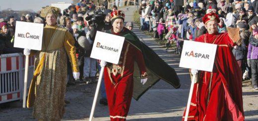 Die heiligen drei Könige auf dem Weg zur Weserufer - in diesem Jahr erstmals ohne schwarze Schminke. Foto: Barth