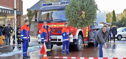 """Schon bei seiner Premiere im vergangenen Jahr sehr beliebt: Der Tannenbaum-Weitwurf beim """"KNUTschen"""" auf dem Ganderkeseer Marktplatz. Foto: Eckert"""
