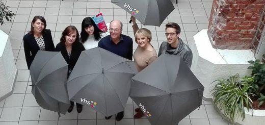 Adriana Theessen, Eugenia Konkel, Elke Beecken, Martin Westphal, Michèle Rabe und Kai Reske (von links) stellten das neue Programm der Volkshochschule Delmenhorst vor. Foto Lürssen
